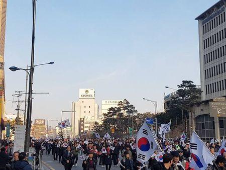 Nguoi ung ho Park Geun Hye bam tru duong pho de bieu tinh - Anh 1