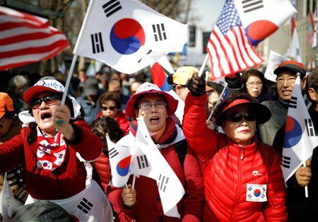 Nguoi ung ho Park Geun Hye bam tru duong pho de bieu tinh - Anh 3