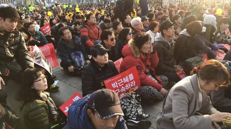 Nguoi ung ho Park Geun Hye bam tru duong pho de bieu tinh - Anh 4
