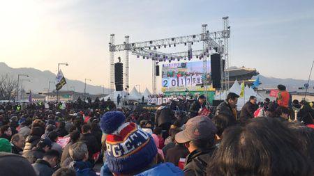 Nguoi ung ho Park Geun Hye bam tru duong pho de bieu tinh - Anh 5