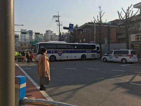 Nguoi ung ho Park Geun Hye bam tru duong pho de bieu tinh - Anh 8