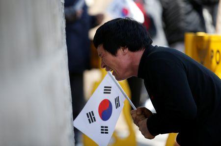 Nguoi ung ho Park Geun Hye bam tru duong pho de bieu tinh - Anh 9