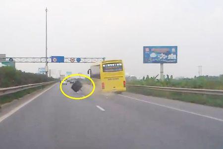Clip: Xe khach Thanh Hoa roi banh tren duong cao toc - Anh 1