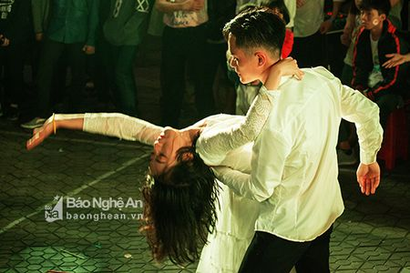 Ron rang dem hoi Phap ngu 2017 tai truong THPT Phan Boi Chau - Anh 3
