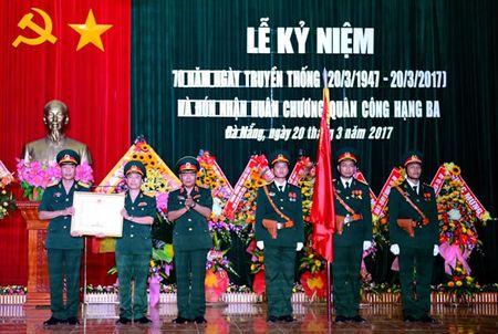 Lu doan 74 - Tong cuc II don nhan Huan chuong Quan cong hang Ba - Anh 1