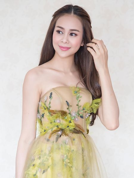Hoa hau Sella Truong khoe vong mot voi vay mong nhu suong - Anh 2