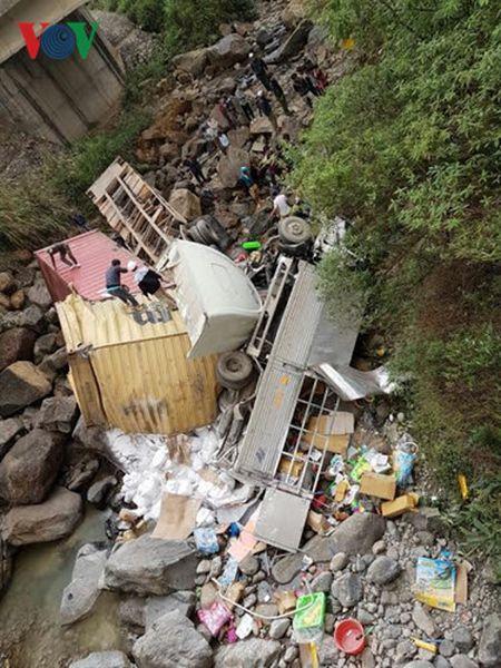 Hien truong kinh hoang vu container dam xe tai lao xuong vuc sau 30m - Anh 1