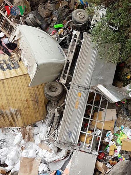 Hien truong kinh hoang vu container dam xe tai lao xuong vuc sau 30m - Anh 3