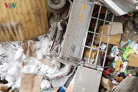 Hien truong kinh hoang vu container dam xe tai lao xuong vuc sau 30m - Anh 5