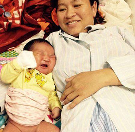 San phu sinh be trai nang 6 kg - Anh 1