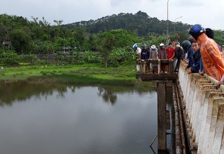 Quang Tri: Nghi van thieu nien dam nguoi phu nu roi nhay ho Khe Sanh tu van - Anh 1