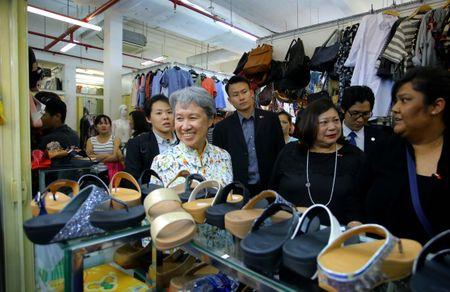 Phu nhan Thu tuong Ly Hien Long gian di tham quan mua sam tai Saigon Square - Anh 3