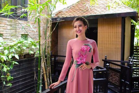 Khanh Ngan diu dang trong ta ao dai 'Hoa sen dat Viet' - Anh 2