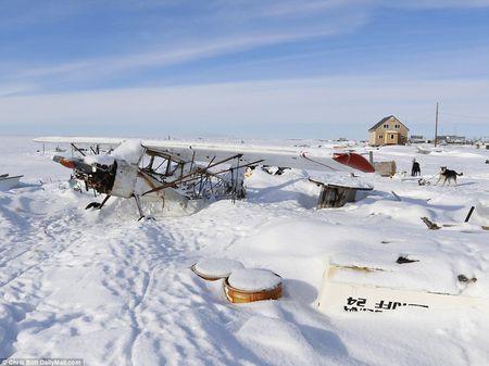 Cuoc song trong ngoi lang sap bi nuoc bien nhan chim o Alaska - Anh 3