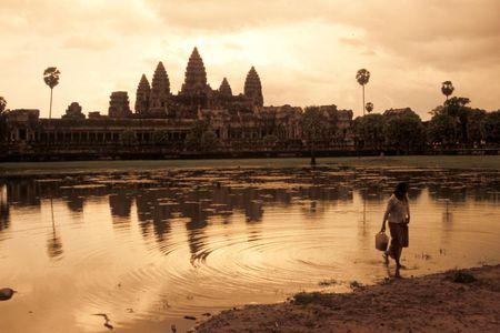 Vi sao thanh pho Angkor huy hoang bong dung sup do? - Anh 1