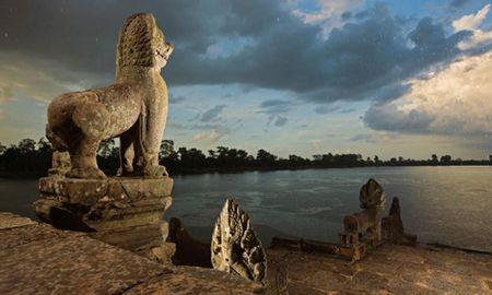 Vi sao thanh pho Angkor huy hoang bong dung sup do? - Anh 2