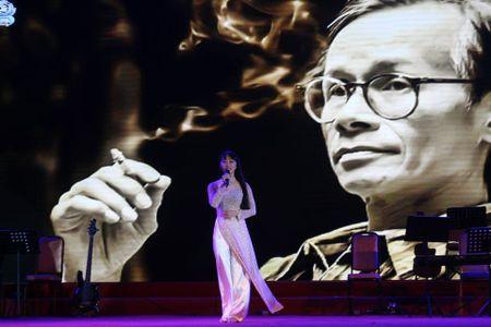 Khi bai 'Noi vong tay lon' duoc vang tai dem nhac Trinh Cong Son o Hue - Anh 2