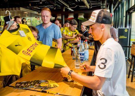 Chum anh: CDV phat sot voi mau ao dau moi cua Dortmund - Anh 11