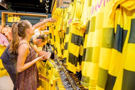 Chum anh: CDV phat sot voi mau ao dau moi cua Dortmund - Anh 4