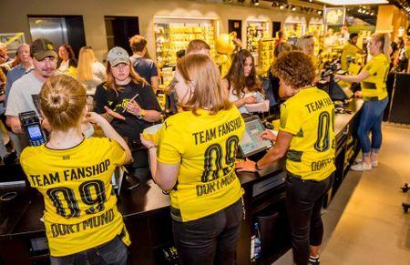 Chum anh: CDV phat sot voi mau ao dau moi cua Dortmund - Anh 6