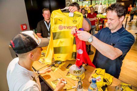 Chum anh: CDV phat sot voi mau ao dau moi cua Dortmund - Anh 8