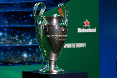 UEFA doi vi tri trao cup Champions League va Europa League - Anh 1