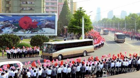 Binh Nhuong ngap tran co hoa, an mung thanh cong vu phong ten lua moi - Anh 1