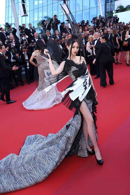 Bo trang phuc 'binh dao' cua sao Hoa ngu gay bao tham do Cannes - Anh 1