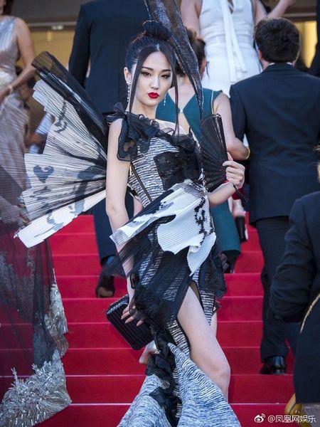 Bo trang phuc 'binh dao' cua sao Hoa ngu gay bao tham do Cannes - Anh 3