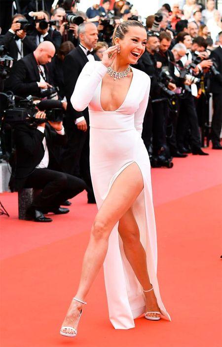 Bo trang phuc 'binh dao' cua sao Hoa ngu gay bao tham do Cannes - Anh 7