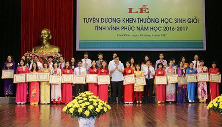 Vinh Phuc: Tuyen duong, khen thuong hoc sinh gioi nam hoc 2016-2017 - Anh 1