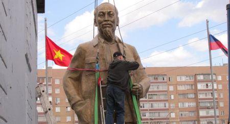 Dung tuong dai Ho Chi Minh thu ba tren dat Nga - Anh 1