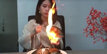 'Thanh an vung cong so' gay sot voi man trinh dien nuong ca bang cach dot lua tren tay - Anh 1