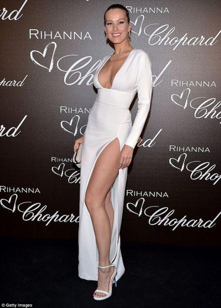 Rihanna ra mat dong trang suc rieng trong ve dep co dien tai Cannes - Anh 7