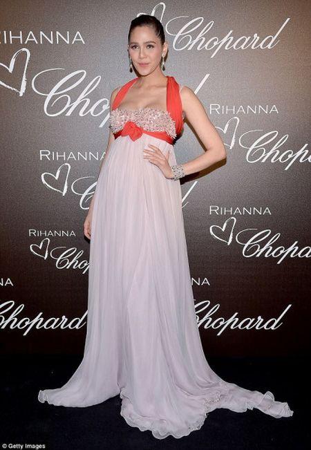 Rihanna ra mat dong trang suc rieng trong ve dep co dien tai Cannes - Anh 8