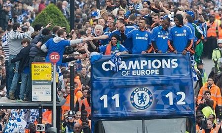 Ngay nay nam xua: Chelsea tung bung dua cup Champions League ve London - Anh 10