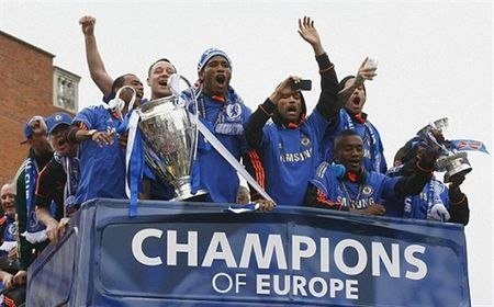 Ngay nay nam xua: Chelsea tung bung dua cup Champions League ve London - Anh 2