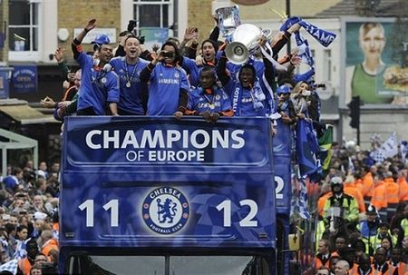 Ngay nay nam xua: Chelsea tung bung dua cup Champions League ve London - Anh 3