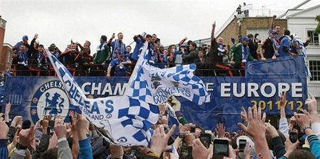 Ngay nay nam xua: Chelsea tung bung dua cup Champions League ve London - Anh 5