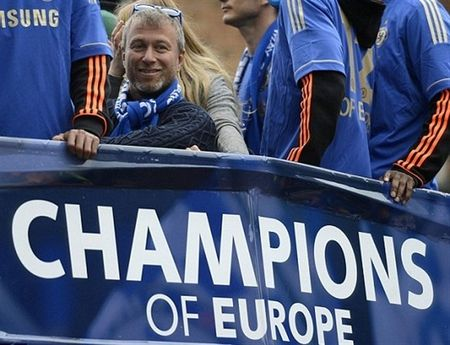 Ngay nay nam xua: Chelsea tung bung dua cup Champions League ve London - Anh 7