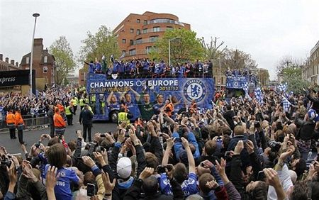 Ngay nay nam xua: Chelsea tung bung dua cup Champions League ve London - Anh 8