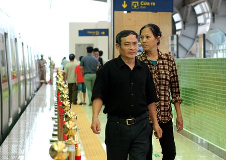 Nguoi HN ngam tau duong sat tren cao Cat Linh - Ha Dong - Anh 13