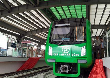 Nguoi HN ngam tau duong sat tren cao Cat Linh - Ha Dong - Anh 14