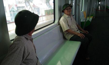 Nguoi HN ngam tau duong sat tren cao Cat Linh - Ha Dong - Anh 21
