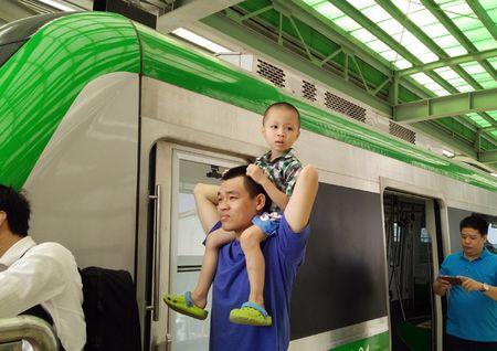 Nguoi HN ngam tau duong sat tren cao Cat Linh - Ha Dong - Anh 22