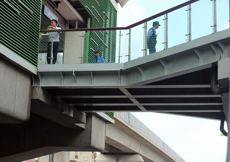 Nguoi HN ngam tau duong sat tren cao Cat Linh - Ha Dong - Anh 6