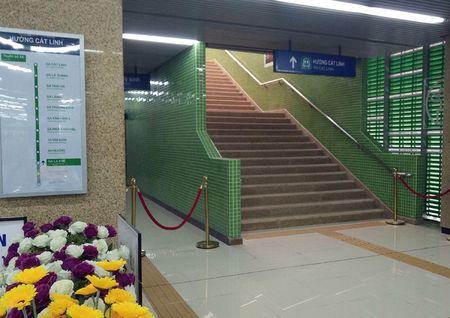Nguoi HN ngam tau duong sat tren cao Cat Linh - Ha Dong - Anh 7
