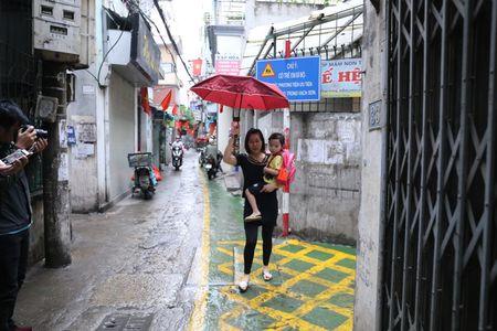 Doc dao 'tuyen duong BRT' trong ngo dau tien tai Ha Noi - Anh 10