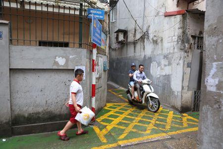 Doc dao 'tuyen duong BRT' trong ngo dau tien tai Ha Noi - Anh 2