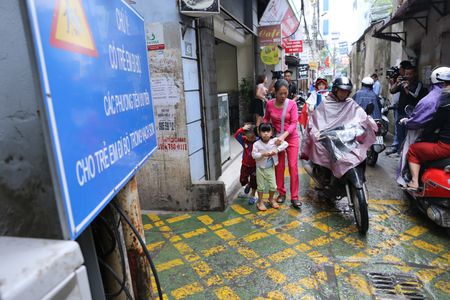 Doc dao 'tuyen duong BRT' trong ngo dau tien tai Ha Noi - Anh 6